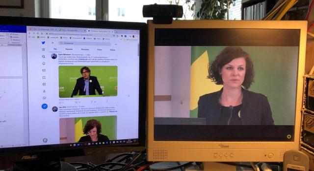 Bildschirme  mit Twitter und Stream des Parteitags, Micha Kellner und Gesine Agena sind zu sehen
